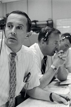 Lack of fuel, almost zero visibility on landing, and infirm and poorly known landing site: the conditions are just right for a phenomenal crash. Find out how Neil and Buzz escaped crashlanding on the Moon. Apollo Space Program, Apollo 11 Mission, Computer Problems, Mission Control, Buzz Aldrin, Nasa Astronauts, Neil Armstrong, Moon Landing, Spacecraft