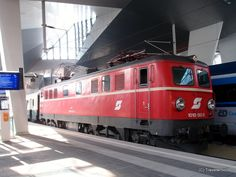 Classic electric locomotive ÖBB 1010 003-0 (1955) at the main railway station of Vienna, Austria