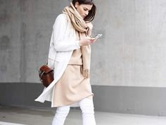 Im Sommer sind weiße Hosen der perfekte Begleiter. Wir erklären, worauf man beim Styling unbedingt achten sollte.