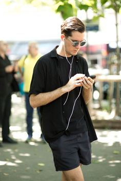 Street style from Paris Fashion Week S/S from our photographers and editors, out spotting trends on the catwalks and pavements Normcore Fashion, Paris Fashion, Men's Fashion, Street Style, Paris Paris, Style Summer, Summer Vibes, Miami, British