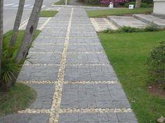 Calçada revestida com pedras miracema