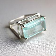anel quadrado em prata e água marinha