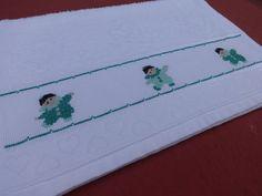 Toalha de lavabo - bordada me ponto cruz - desenho de menininhos - menininhas