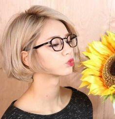 coupe courte dégradée cheveux blonds, lunettes de vue noir