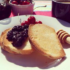 #sunny #breakfast #homemade #bread #sweetcherry #plum #jam #honey #coffee #wednesdaymorning