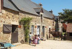 La ferme d'antan : Située près de Plédéliac, au village de Saint Esprit des Bois, la Ferme d'antan est une ancienne ferme réhabilitée en écomusée.   Guide Touristique Bretagne