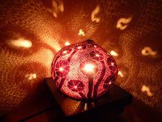 Noix de coco blanche sculptée en relief au Dremel puis transformée en lampe d'ambiance..Vendue