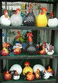 hen painted gourds -- i LOVE these! maybe i'll grow some gourds next year. Chicken Crafts, Chicken Art, Ceramic Chicken, Diy Projects To Try, Craft Projects, Shrimp Festival, Diy And Crafts, Arts And Crafts, Gourds Birdhouse