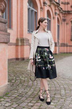 Outfit: Floral Midi Skirt | Mood For Style - Fashion, Food, Beauty & Lifestyleblog | Outfitpost mit einem floralem Midirock von Ted Baker, einem Cashemere Pullover von Mrs & Hugs, einem Trenchcoat von Patrizia Pepe und Flats von Kennel & Schmenger.