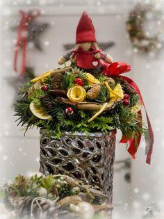 Vánoční kytice s panenkou #christmas #flower #red #doll #arrangement #decoration