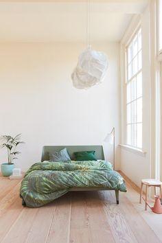 Haal de natuur in je slaapkamer met dekbedovertrek Hydra van Auping. Dit dekbedovertrek past helemaal bij de botanische interieurtrend van dit moment. De voorkant van het dekbedovertrek bestaat uit een verfijnde botanische print van palmen in een regenwoud, gedrukt op een grove linnenstructuur. Over de print heen ligt een subtiel raster met visgraatpatroon, dat zorgt voor een 3-dimensionaal effect.