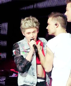 (Gif) NIALL SAYS HE DOESN'T WORK OUT BUT I CAN SEE HIS V LINE THANK YOU LIAM
