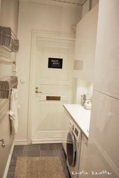 Pienen tilan vaatekuivaukseen seinäkiinnitteiset kuivaustelineet, jotka saa sivuun kun niitä ei tarvita.