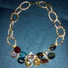 collar hecho con piedras y alambre