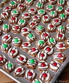 Christmas Pretzel Candies Christmas Pretzels, Christmas Goodies, Christmas Treats, Christmas Candy, Christmas Desserts, Christmas Colors, Christmas Decor, Christmas Time, Pretzel Kisses