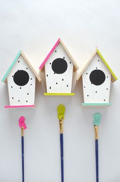 so adorable! these modern DIY hand-painted bird houses would make a great craft to keep Stella busy on spring break :-) Painting For Kids, House Painting, Diy Painting, Diy Craft Projects, Diy And Crafts, Bird Houses Painted, Bird Houses Diy, Modern Birdhouses, Painted Birdhouses