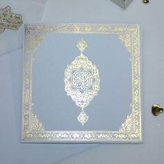 Le faire part Coran assorti avec la collection de contenants à dragées, envoyez à vos familles et amis la plus belle des invitations de mariage Oriental.