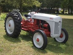 Ford I loooove this tractor! Antique Tractors, Vintage Tractors, Vintage Farm, Allis Chalmers Tractors, Farmall Tractors, 8n Ford Tractor, Tractor Pictures, Farm Day, Train Truck