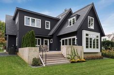 This fabulous home was designed in modern Scandinavian style by Charlie & Co. and Lucy Interior Design, located in Minneapolis, Minnesota. Skandinavisch Modern, Beautiful Modern Homes, Modern Traditional, Interior Exterior, Exterior Design, Craftsman Exterior, Exterior Colors, Exterior Paint, Minneapolis