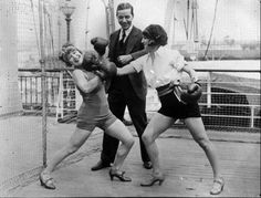 vintage everyday: Old Photos of Women Boxing. Old funny photos of women boxing Funny Vintage Photos, Vintage Humor, Funny Photos, Women Boxing, Female Boxing, Boxing Girl, Dangerous Minds, Army Corps Of Engineers, Janis Joplin