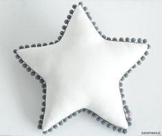 pokój dziecka - poduszki-Poduszka Gwiazdka z pomponami - kość słoniowa