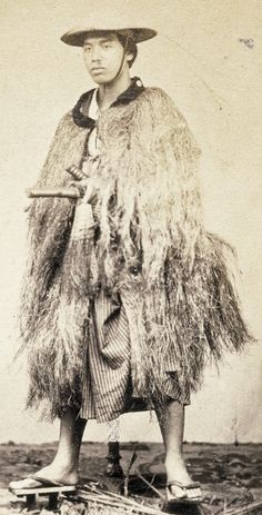 "Samurai, described as a ""yaconin"", wearing a mino (straw rain coat), photographed between 1867 and Japanese History, Japanese Culture, Japanese Art, Ronin Samurai, Samurai Armor, Raincoat Outfit, Mens Raincoat, Geisha, Martial"