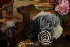 Ramo de flores de tela grises, antracita, con plumas plata y perlas, entre telas y tules, para novias únicas, personalizado y para  conservarlo Por Siempre Jamás algodondeluna@gmail.com o 606619349