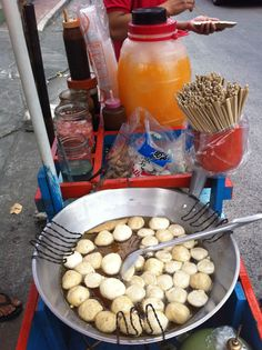 Fish Ball Vendor, Gulaman(tapioca Drink) is in the background. Filipino Culture, Valentines Day For Him, World Recipes, Filipino Recipes, I Love Food, Pot Roast, Sweets, Fish, Drinks
