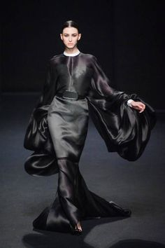 Stephane Rolland Haute Couture runway fashion Fall Very Mortisha Couture Mode, Style Couture, Couture Fashion, Runway Fashion, Juicy Couture, Stephane Rolland, Fashion Week, High Fashion, Fashion Show