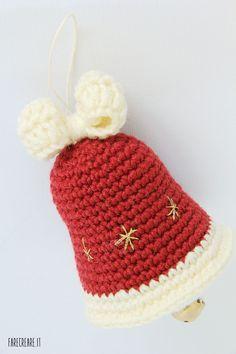 Amigurumi decorations: the Christmas bell. Knitted Christmas Decorations, Crochet Christmas Wreath, Crochet Wreath, Crochet Ornaments, Christmas Crochet Patterns, Holiday Crochet, Christmas Knitting, Christmas Bells, Crochet Santa