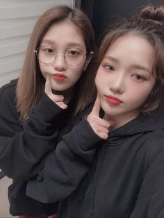 Image in fromis collection by (◕‿◕✿) on We Heart It Foto Best Friend, Best Friend Pictures, Best Friend Goals, Girl Pictures, Ulzzang Korean Girl, Ulzzang Couple, Korean Best Friends, Cute Lesbian Couples, Uzzlang Girl