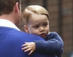 O príncipe George é visto em frente ao hospital St Mary's, em Londres, onde sua irmã nasceu, após chegar com o pai para visitar a nova princesa (Foto: Kirsty Wigglesworth/AP)