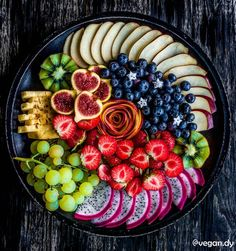basket blu ray, fruit 66 beverage, low in sugar and carbohydrates, green fruits list, fruits and veg Fruit Platter Designs, Kreative Snacks, Healthy Snacks, Healthy Recipes, Fruit Snacks, Healthy Fit, Party Food Platters, Fruits And Veggies, Fruits Basket