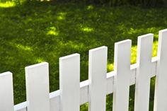 Bygga staket? Här får du bra tips om staket och beskrivning hur man gör när man ska bygga staket med spjälor runt huset.