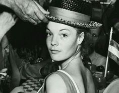 Romy y est d'une fraîcheur déconcertante ; celle qu'apporte l'extrême jeunesse à la beauté pure ... Et déjà, ces chapeaux incroyables qui lui vont si bien ... #romy #romyschneider #romyforever #icone #legende #muse #actrice #cinema #cinemafrancais #photographie #romyjeunefille #teteachapeau