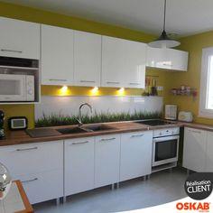 cuisine design blanche et bois nature et vitamine implantation en l murs jaunes - Cuisine Blanche Mur Jaune