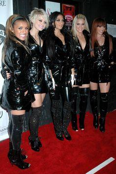 photos latex vinyl cuir - Page 445 Pvc Catsuit, Celebrity Boots, Vinyl Dress, Pvc Raincoat, Vinyl Raincoat, Leder Outfits, Latex Dress, Glamour, Rain Wear