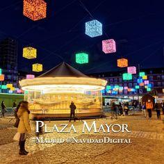 Plaza Mayor de Madrid Navidad 2014 con cubos de colores y carrusel navideño