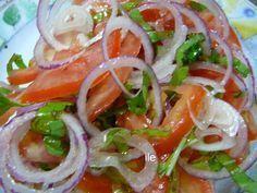 Salada desintoxicante: 1-1/2 cebola roxa em rodelas + 1/2 cenoura ralada + 1-1/2 tomates em rodelas + salsa picada + 1-1/2 folhas de alface picado + 1 dente de alho picado + azeite de oliva. | Misture tudo e regue com azeite de oliva. Deixe repousar por 5 minutos e sirva.