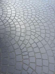 Terrasse en béton imprimé - finition pavés de Paris : Terrasse de style  par Société Augusto