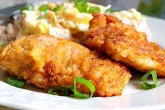 Kuřecí řízky v pikantní marinádě z jogurtu, majonézy, solí, kořením a bylinkami. Smažené na oleji do zlatova.
