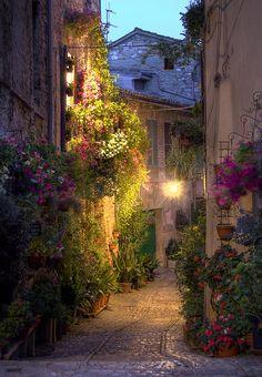 Calle Spello, Umbria, Italia.