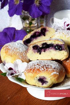 Soft yeast cake blueberry filling and icing thats a perfect combination I cant imagine summer without blueberry buns! Fried Donuts, Baked Doughnuts, Brunch Recipes, Dessert Recipes, Brunch Ideas, Blueberry Season, Polish Recipes, Polish Food, Bread Baking