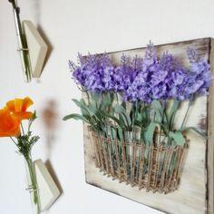 Cesta cuerda y clavo de la pared una decoración con flores de lavanda artificial. Esta pieza es una placa sólida de madera, que puede ser teñida o pintada en cualquier color. * Esta pieza incluye 15 flores * Flores son removibles y pueden cambiar para adaptarse a la temporada o decoración. Estos signos son aprox. 12 x 12 pulgadas (23 cm x 23 cm) e incluyen las flores. Vienen con un gancho en la parte posterior para que pueda abrir y colgar enseguida! Este artículo es completamente modific...