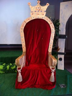 to make a spirit throne for our pep rallies.need to make a spirit throne for our pep rallies. Medieval Party, Medieval Crafts, Knight Party, Throne Chair, King Chair, Stage Props, Pep Rally, Blown Glass Art, Vacation Bible School