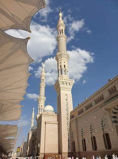 masjid nabawi madinah - Daily IT Ki Dunya Mecca Madinah, Mecca Masjid, Mecca Wallpaper, Islamic Quotes Wallpaper, Islamic Images, Islamic Pictures, Muslim Images, Alhamdulillah, Medina Mosque
