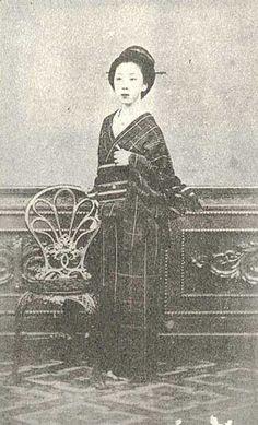 楢崎 龍(ならさき りょう、天保12年6月6日(1841年7月23日) - 明治39年(1906年)1月15日)は江戸時代末期から明治時代の女性。名は一般にお龍(おりょう)と呼ばれることが多い。 中川宮の侍医であった父が死んで困窮していた頃に坂本龍馬と出会い妻となる。薩長同盟成立直後の寺田屋遭難では彼女の機転により龍馬は危機を脱した。龍馬の負傷療養のため鹿児島周辺の温泉を二人で巡り、これは日本初の新婚旅行とされる[1]。龍馬の暗殺後は各地を流転の後に大道商人・西村松兵衛と再婚して西村ツルを名乗る。晩年は落魄し、貧窮の内に没した。 Japanese History, Asian History, Japanese Culture, Japanese Art, Retro Pictures, Colorful Pictures, Old Pictures, Old Photos, Meiji Restoration
