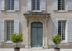 exterior colors, near St Remy de Provence, Les Alpilles, Provence Classical Architecture, Beautiful Architecture, Beautiful Buildings, Beautiful Homes, English Country Decor, French Country House, Country Houses, Exterior Colors, Exterior Paint