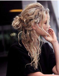Un half bun sauvageTrès tendance cette saison, le demi-chignon se porte haut ou bas, sur cheveux longs comme sur un carré.