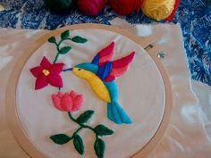 bordado mexicano no bastidor Cushion Embroidery, Hand Embroidery Stitches, Silk Ribbon Embroidery, Cross Stitch Embroidery, Embroidery Patterns, Mexican Crafts, Mexican Embroidery, Wool Applique, Needlework